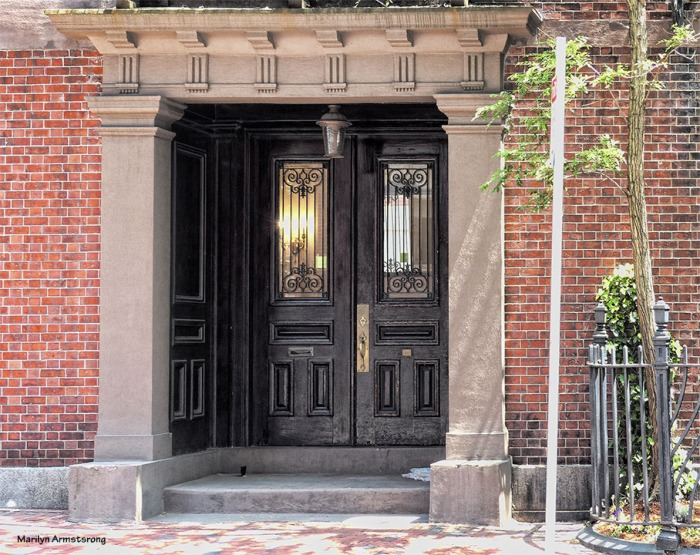 An entryway and door in one of the rather pricey areas of Beacon Hill. Okay, they are all pricey. Some are just breathtakingly expensive. Others? Just a couple of million dollars with a likely discount for cash.