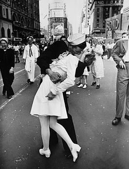 alfred_eisenstaedt_kiss_v-j_day_times_square_