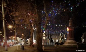 300-main-st-uxbridge-common-christmas-gar-12202017_038